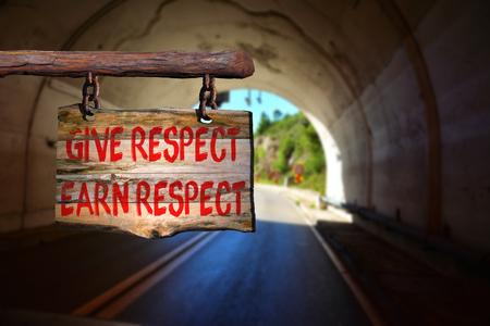 respeto: Dar respest, ganarse el respeto de motivaci�n signo frase en la madera vieja con el fondo borroso