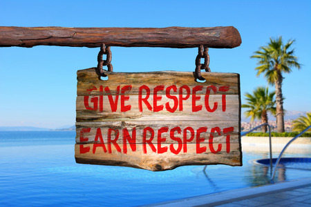 falta de respeto: Dar respest, ganarse el respeto de motivación signo frase en la madera vieja con el fondo borroso
