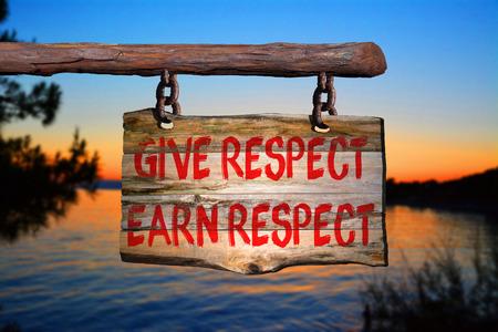 irrespeto: Dar respest, ganarse el respeto de motivación signo frase en la madera vieja con el fondo borroso