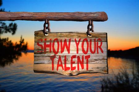 Toon uw talent motiverende zin teken op oud hout met onscherpe achtergrond Stockfoto