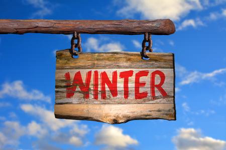 cotizacion: invierno frase de motivación signo en la madera vieja con el fondo borroso