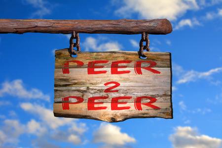 peer to peer: Peer 2 pares frase de motivación signo en la madera vieja con el fondo borroso