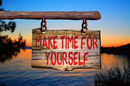 cotizacion: Tómese un tiempo para usted mismo signo frase de motivación en la madera vieja con el fondo borroso