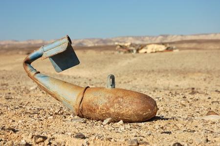 artillery shell: Bomba de aviones oxidado sobre el terreno. Foto de archivo