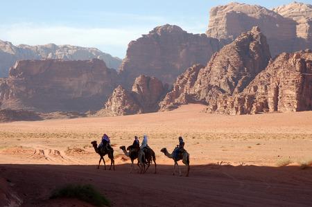 Camel Safari in der Wüste Wadi Rum, Jordanien Standard-Bild - 32939965