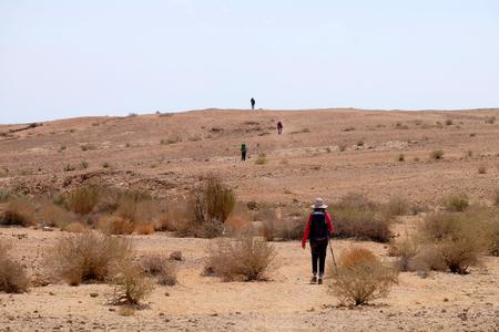 네 겝, 이스라엘에서 사막 흔적에 등산객의 인식 할 그룹.
