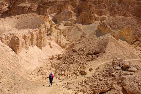 Een niet-herkende wandelaar op woestijn pad in Negev-gebergte, Israël. Stockfoto