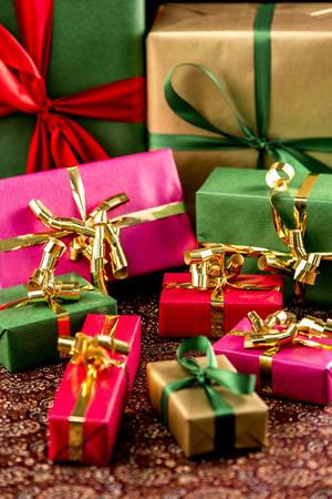 festive occasions: Nueve regalos envueltos en verde, oro, rojo y magenta. Restringir la profundidad de campo. Ajuste para muchas ocasiones festivas. Foto de archivo