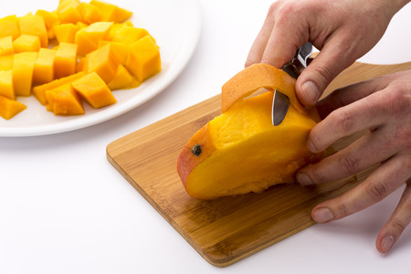 peeled off: Dividing the mango into three equally-sized slices, we are left with the middle one containing the stone. The fruit pulp can easily be separated from the peel with a kitchen knife and cut into cubes.