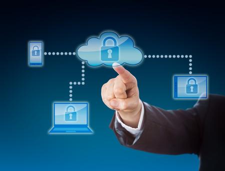 Cloud computing veiligheid zakelijke metafoor in blauwe kleuren. Zakelijke arm bereiken van een slot symbool binnen een wolk icoon. Het hangslot herhaalt op mobiele telefoon, tablet-pc en laptop binnen het netwerk.