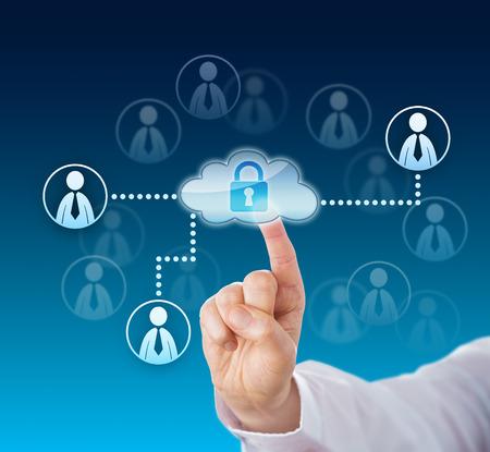 Dito indice toccando l'icona di cloud computing bloccata legata ai simboli dei lavoratori della conoscenza attivati ??all'interno di una rete aziendale. Avambraccio in camicia bianca. Composizione spaziale su sfondo blu. Avvicinamento. Archivio Fotografico - 39386335