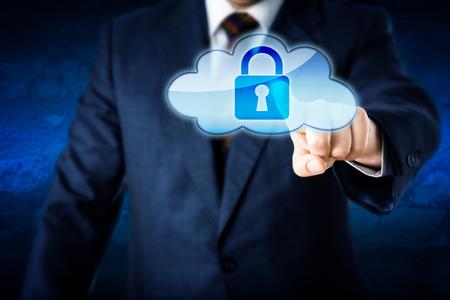 Oberkörper eines Business-Mann zu erreichen, eine gesperrte Cloud-Computing-Symbol berühren. Metapher für die Informationssicherheit und Schutz im Cyberspace. Corporate Anzug und blauen Wand im Hintergrund. Close up. Standard-Bild - 39593482