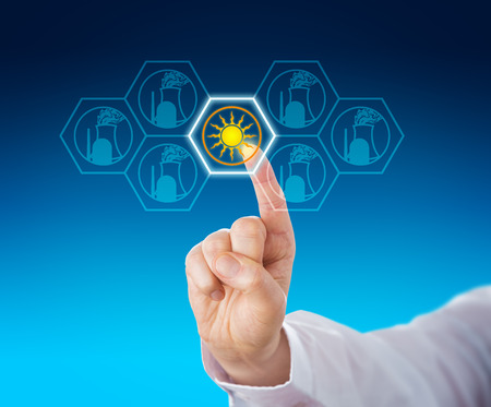 energia electrica: La energ�a solar seleccionado sobre la energ�a nuclear a trav�s de contacto con el dedo �ndice de un trabajador de cuello blanco. Met�fora para la generaci�n de energ�a el�ctrica renovable y el cambio de energ�a, tambi�n llamada Energiewende. Acercamiento. Foto de archivo