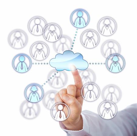 recursos humanos: El dedo índice Hombre conectar con cuatro miembros del equipo de trabajo a través de una red de computación en nube. Las dos mujeres y dos símbolos de los trabajadores del conocimiento masculinos seleccionados se iluminan. Close up sobre fondo blanco.