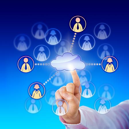peer to peer: La mano de un trabajador de cuello blanco que se extiende el dedo índice para contactar algunos profesionales de mujeres y hombres a través de una red de la nube. Metáfora del asunto para el aprovisionamiento de nube y la conectividad punto a punto de red.