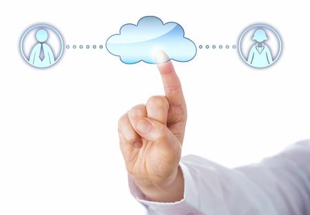 peer to peer: Primer plano de un dedo índice tocando un icono de la nube de conectar con una mujer y un compañero profesional masculino en el ciberespacio. Metáfora para la creación de redes de igual a igual y la igualdad de género. Fondo blanco. Foto de archivo