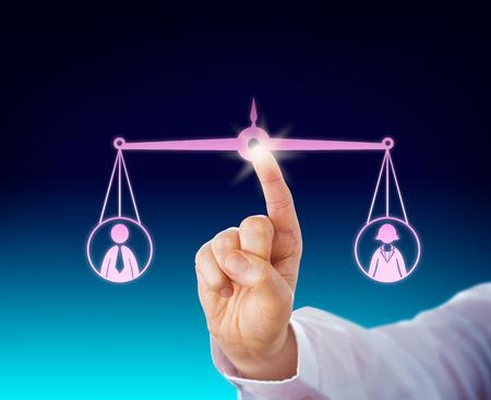 Die Aufrechterhaltung einer weiblichen und einer männlichen Büroangestellten in der Balance von einem Fingerspitze. Sowohl die männliche und weibliche Symbol werden durch eine ausgewogene Skala im Cyberspace aufgehängt. Geschäftsmetapher mit Gender-Thema. Standard-Bild - 40928919