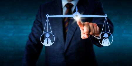 Gerente de negócios, tocando uma balança virtual para equilibrar um trabalhador de escritório feminino e um masculino. Metáfora para treinamento, recrutamento, mediação de conflitos, questões de gênero e análise de desempenho.