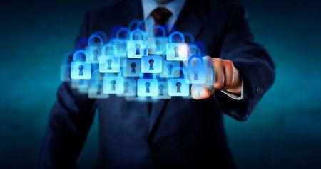 터치로 슈퍼 안전한 클라우드와 연결 관리. 수많은 닫힌 자물쇠 아이콘이 가상 구름을 형성하기 위해 결합합니다. 기업의 IT 보안 개인 정보 보호 및 클