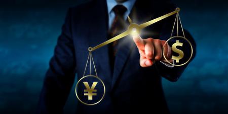 dollaro: Yuan Renminbi cinese compensa il dollaro statunitense su un equilibrio d'oro. La mano sinistra di un uomo d'affari sta raggiungendo la mano per toccare questo bilancia virtuale e la posizione nello spazio. Metafora finanziaria.