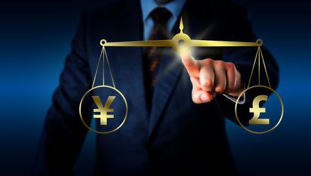 financial metaphor: Torso de una persona de negocios est� equiparando el signo de moneda yuan chino en la igualdad con el s�mbolo de la libra brit�nica en una escala de oro. Met�fora financiera para el mercado de divisas moderna.