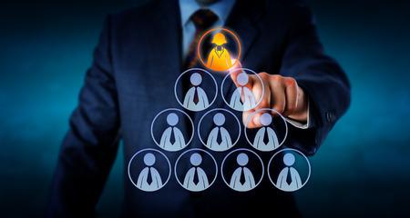 discriminacion: Torso de un gerente de recursos humanos es la selección de un trabajador de oficina femenina en la cima de una pirámide hecha de iconos masculinos de lo contrario los empleados. Metáfora del asunto para el liderazgo, headhunting y el éxito profesional.