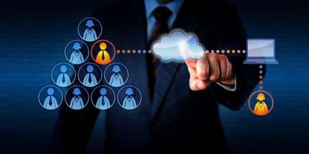 Manager stekker in zijn team een op afstand werkende vrouwen freelancer om een taak met een permanente mannelijke werknemer te delen. Technologie concept voor outsourcing, casual arbeid markt en mobile computing.