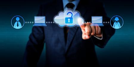 Torso van een zakenman is de toegang tot rekenkracht en on-demand arbeid van twee mobiele plug-and-play werknemers via de cloud. Technologie-concept voor informele arbeid, minijobber en nul-uren aannemer.