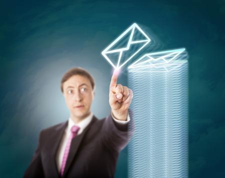 correo electronico: Concentrado, pero el hombre corporativo con exceso de trabajo de acabado de apilamiento correos electrónicos en una pila de altura de un sinnúmero de documentos virtuales. Concepto de negocio de las horas extraordinarias, la sobrecarga, tarea abrumadora, y la disciplina en el trabajo. Foto de archivo