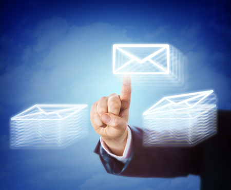 correo electronico: la mano derecha de un trabajador de cuello blanco es el correo electrónico móvil ocupado entre dos pilas de documentos electrónicos. Concepto de negocio de las horas extraordinarias, la carga de trabajo, la eficiencia, la tarea abrumadora, el rendimiento y la administración. Foto de archivo