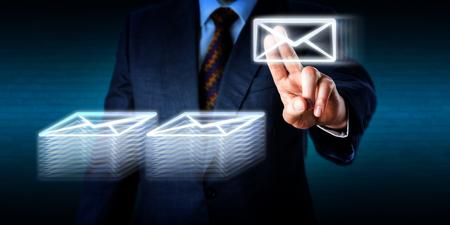 Impiegato oberati di lavoro è impilabile molti documenti di posta elettronica nel cyberspazio. Metafora di affari per sovraccarico di lavoro, facendo gli straordinari, lavoro d'archivio nell'era digitale e la tecnologia di comunicazione globale. Archivio Fotografico - 45298492
