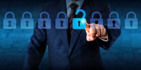 privacidad: Manager está abriendo una cerradura virtual en una línea de ocho candados.