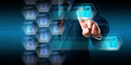 Witte kraag crimineel in blauw pak is het hacken van gaten in de beveiliging helix van een virtuele firewall. Zijn linkerhand is het verwijderen ontgrendeld datapakketten met een veeg-beweging. Concept voor cyberaanval. Stockfoto - 45608477