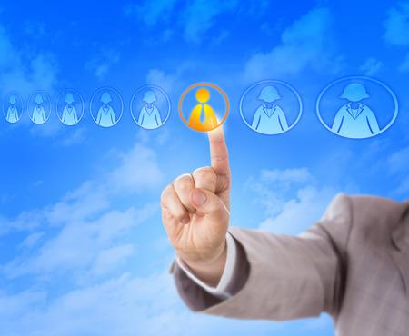 discriminacion: La mano derecha de un consultor de selecci�n es elegir el �nico candidato de sexo masculino en un cartel de los iconos de los trabajadores del conocimiento de otro modo femeninos. Concepto de negocio de contrataci�n, las decisiones de recursos humanos y la discriminaci�n de g�nero. Foto de archivo