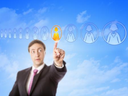 competitividad: Gerente de Recursos Humanos recoger un trabajador individual en una formaci�n exclusivamente femenino de los empleados en el ciberespacio. Concepto de negocio para la toma de recursos humanos, la competitividad y la persona de pie fuera de la muchedumbre. Foto de archivo