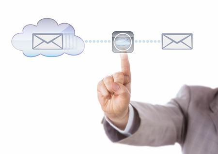 espejo: Mano de un hombre de negocios est� reflejando datos a trav�s de una nube virtual. Recorte aislado sobre fondo blanco. Met�fora de Tecnolog�a para la computaci�n en nube, la duplicaci�n de datos y la sombra de base de datos. Foto de archivo