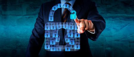 Romp van een manager opent één virtuele slot dat deel uitmaakt van een formatie hangsloten vormen een grote sluis. Business en technologie-concept voor data-risico, beveiligingstoepassingen en cybercrime. Stockfoto