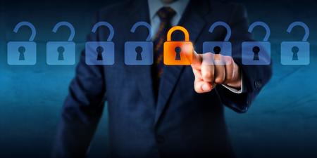 Torso de un gestor de bloqueo está bloqueando uno virtual en una línea de candados abiertos. Metáfora del asunto y concepto de la tecnología para la seguridad cibernética, transmisión de datos críticos, el cifrado y la información personal. Foto de archivo - 49599825