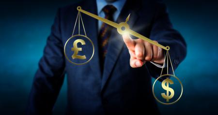 pound sterling: EE.UU. símbolo de moneda dólar está outbalancing el signo de libra esterlina británica en un par de oro virtual de la balanza. Metáfora de desequilibrio comercial y el mercado de cambio de divisa extranjera moderna.