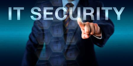 Ondernemer in pak is het indrukken van het woord IT-beveiliging op een touchscreen interface. Technologie concept voor computerbeveiliging, IT-beveiliging, cyber veiligheid en bescherming van computersystemen.