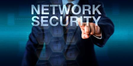 administrador de empresas: administrador de la red está tocando la pantalla RED DE SEGURIDAD. Metáfora del asunto y concepto de la tecnología para la gestión de la seguridad informática y la prevención del mal uso no autorizado de redes de ordenadores.