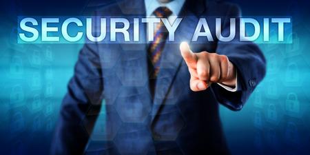 evaluacion: Auditor está presionando el pulsador de auditoría de seguridad en una interfaz de pantalla táctil. Metáfora del asunto y concepto de la tecnología para la evaluación sistemática de la seguridad de un sistema de información corporativa.