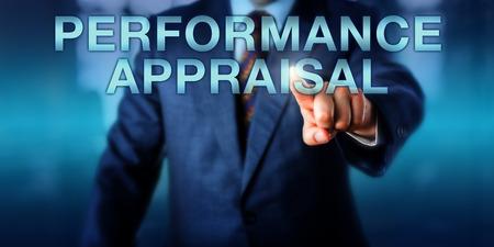 Gerente está tocando la pantalla EVALUACIÓN DE DESEMPEÑO. Concepto de negocio para su revisión rendimiento en el trabajo o evaluación, discusión desarrollo de la carrera, el proceso de evaluación del mismo y los índices de rendimiento.