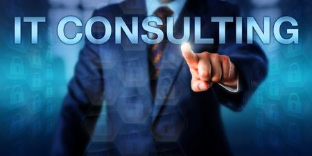 비즈니스 관리자는 터치 스크린 인터페이스에서 IT 컨설팅을 누르고 있습니다. 정보 기술 컨설팅, 컴퓨팅 컨설팅 또는 IT 자문 서비스에 대한 기술 개념