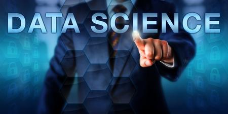 chef d'entreprise Homme est de toucher SCIENCE DATA à l'écran. Datasets sont représentés par des icônes hexagonales formant une matrice virtuelle. des paquets de données Verrouillé flottent dans le cyberespace. La technologie et le concept de la science.