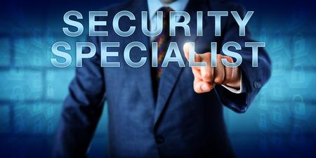 seguridad en el trabajo: gerente corporativo tocar Especialista en Seguridad en una interfaz de pantalla táctil. metáfora de la tecnología y concepto de negocio para un empleado de nivel medio en una carrera de seguridad de la información empresarial. Espacio de la copia.