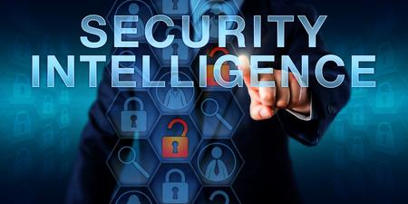 seguridad en el trabajo: Manager está empujando a la inteligencia de seguridad en una pantalla táctil. Concepto de tecnología de seguridad para una función de seguridad de la información responsable de la protección de los equipos, software y redes.