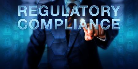 Governance officier raakt WETTELIJK COMPLIANCE scherm. Bedrijfs metafoor en technologisch concept voor de praktijken van de naleving controle, operationele transparantie en IT governance.
