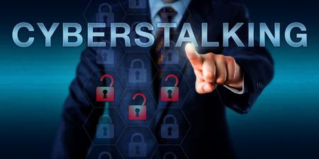 Investigador forense está empujando cyberstalking en una interfaz de pantalla táctil. Concepto de la tecnología para el ciberacoso continua de procesos, monitoreo, robo de identidad, amenazas y actos de vandalismo en línea. Foto de archivo - 53455287