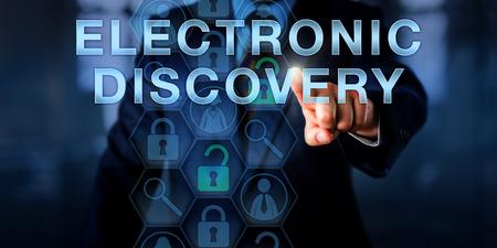 médico forense está presionando descubrimiento electrónico en una pantalla táctil. Concepto de la tecnología y la metáfora de negocios. Iconos de la lupa se relacionan con el proceso forense digital de identificación de pruebas.